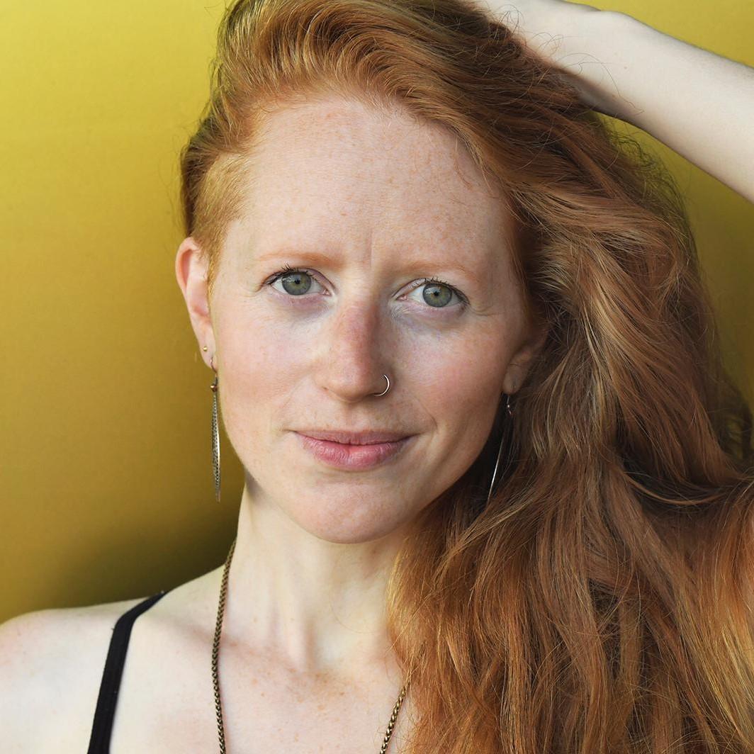 Anne Mathot - Ongebaande Paden- zittend met een glimlach